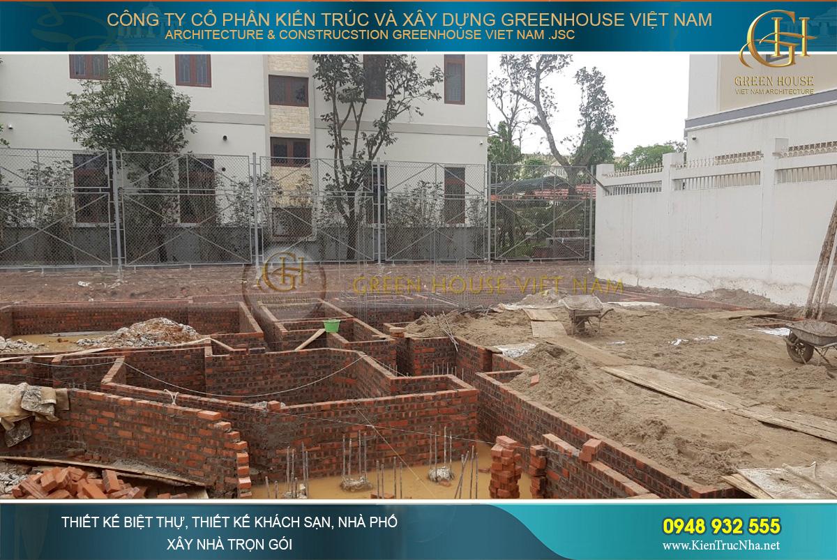 Những viên gạch đầu tiên đặt nền móng cho công trình biệt thự cổ điển 4 tầng