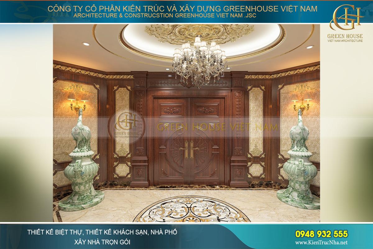Sảnh tầng 1 với khung cửa gỗ cùng 2 bức tượng đá ngọc cỡ lớn vô cùng quý giá tạo cho người nhìn cảm giác như đang bước vào một cung điện của vị vua chúa đầy quyền năng và quy lực.