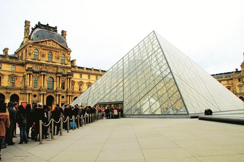 Xếp hàng tại kim tự tháp lớn - cổng vào chính của bảo tàng