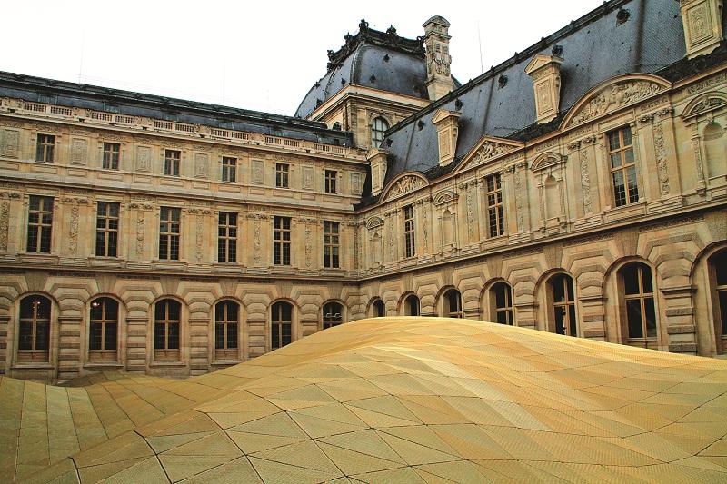 Một góc sân được che mái để trưng bày hiện vật