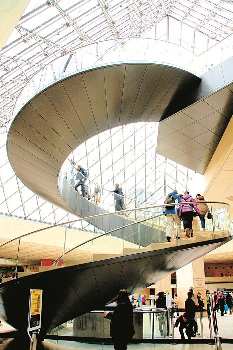 Cầu thang bộ tại kim tự tháp lớn và sảnh lớn dành cho phòng bán vé, gửi đồ, bán càphê