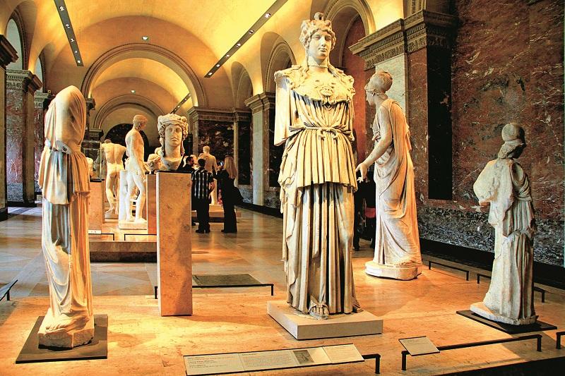 Không gian trưng bày tranh vẽ, tượng điêu khắc và cổ vật trong các phòng