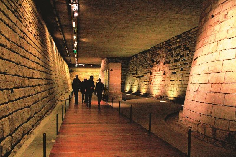 Phần kiến trúc từ thời trung cổ duy nhất còn có thể nhìn thấy của bảo tàng Louvre