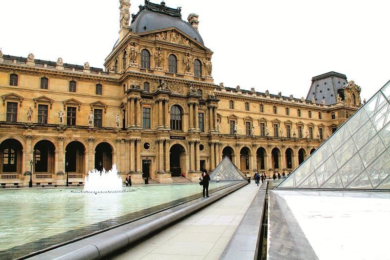 Cánh Denon - một trong ba cánh của Louvre