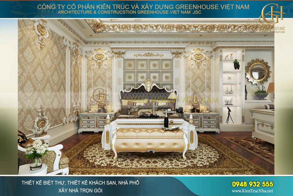 Phòng ngủ master sử dụng tông màu vàng – nâu chủ đạo với hoa văn dày đặc, thể hiện sự lịch lãm, đẳng cấp cho vị thế của gia chủ
